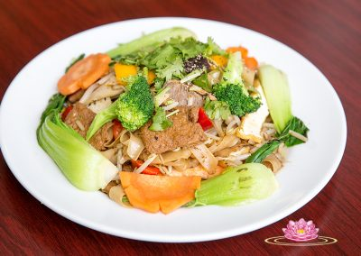 S03. Vegetarian stir rice noodle with assorted mock meat
